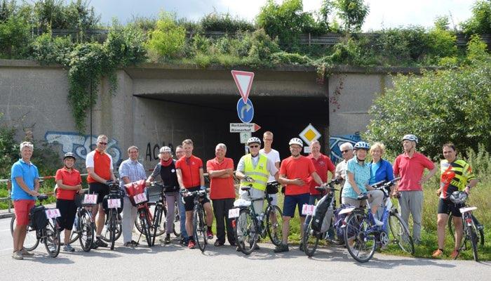 Die Gruppe in Dielheim vor dem Fahrradweg unter der Autobahn